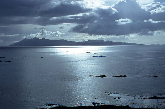 Ilha de Skye, UK: Isle of Rhum from above Tarskavaig, Skye