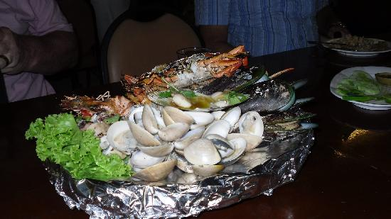 Golden Beach Hotel Cha-am: Sea food at one of the restaurants
