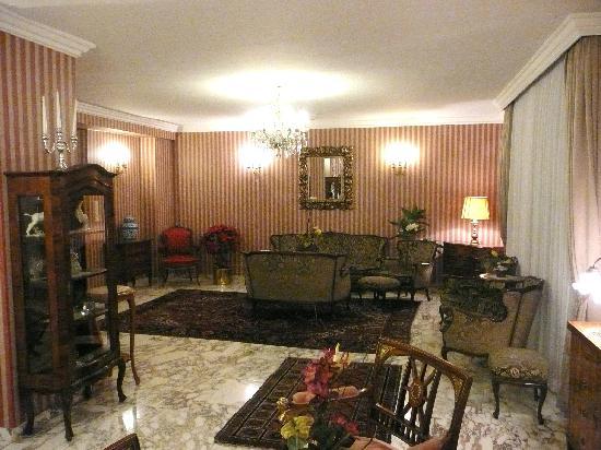 Savoy Hotel Vienna: Front Desk Area