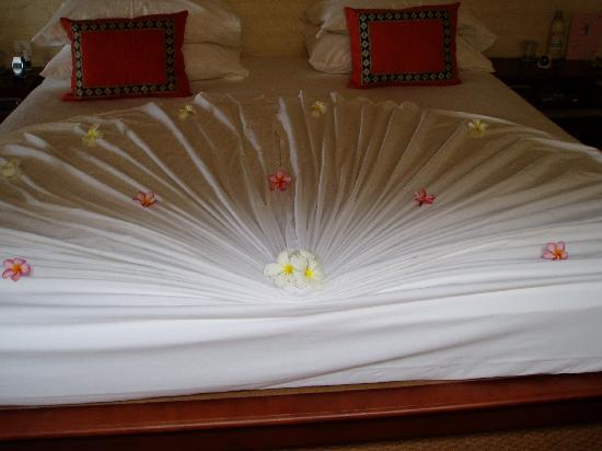 Saman Villas: Bed Decoration
