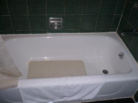Metropark Hotel: Clean bath tub