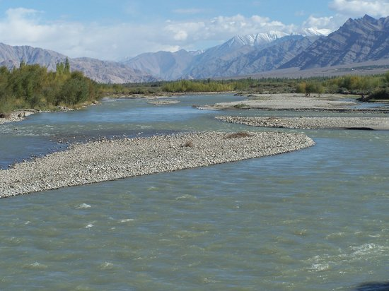 Jammu og Kashmir, India: Indus River as Seen from Choglumsar Bridge that leads to Stok village