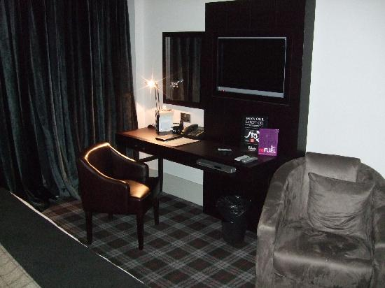 Malmaison Aberdeen: Superior room - desk and TV area