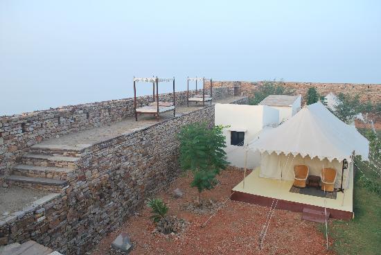 Karauli, India: Beds on the wall