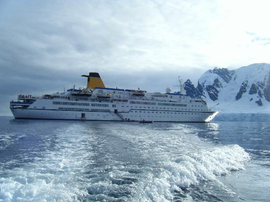 Ushuaia, Argentina: Spirit of Adventure UK cruise ship in Antarctica