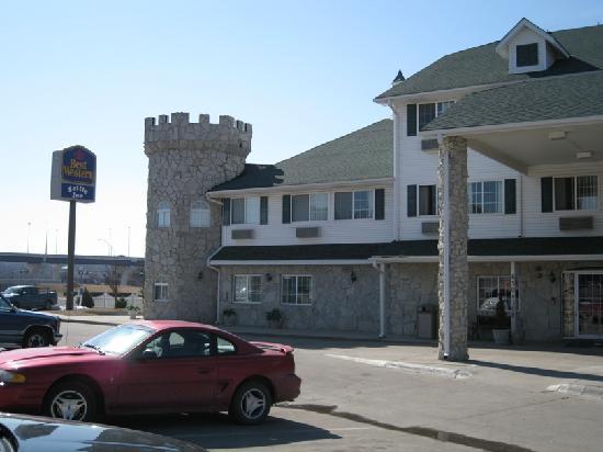 BEST WESTERN Old Mill Inn: Outside of hotel from parking lot