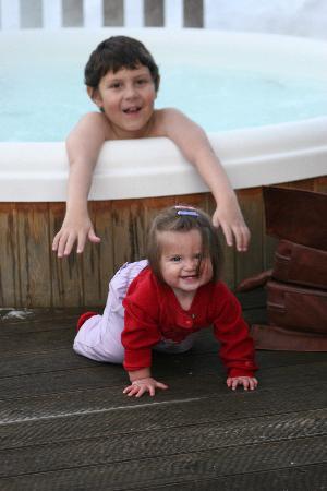 Chalet Shiraz : Kids having fun in the outdoor hot tub