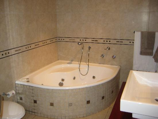 uShaka Manor Guest House: Spa Tub