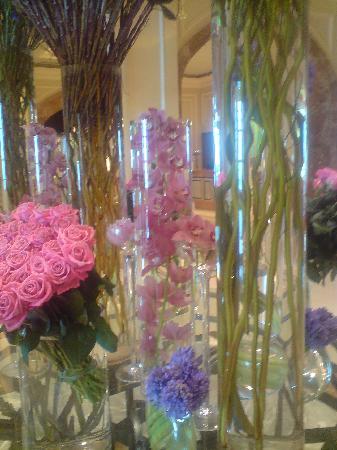 Four Seasons Hotel Doha: Tasteful floral arrangements