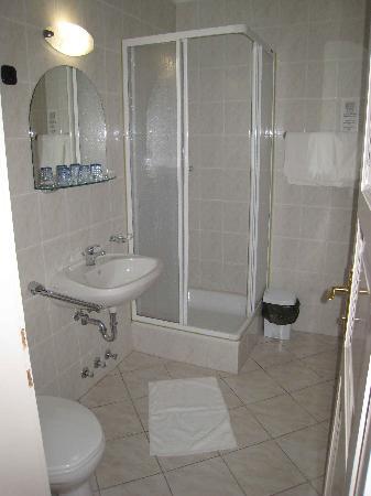 Astoria Hotel: The bathroom