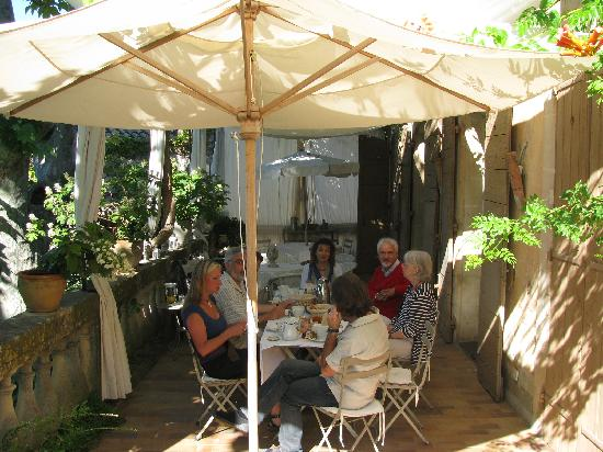 Lourmarin, Fransa: Breakfast on the terrace