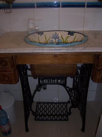 Hostal La Maja: Handpainted basin by the owner