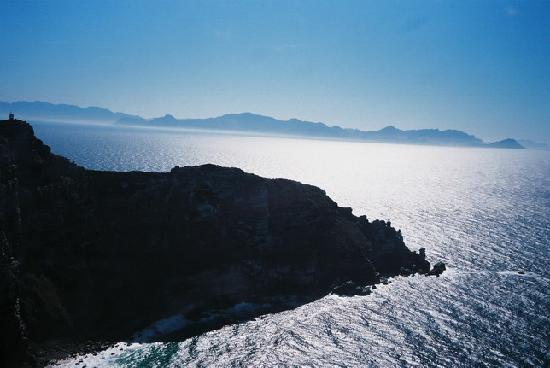 Ciudad del Cabo Central, Sudáfrica: Cape Point against the sparkling ocean