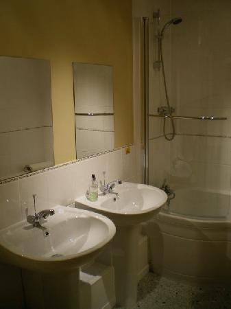 Westwood House Guest House: Bathroom