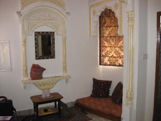 Hotel Pearl Palace: Seating Alcove in Room