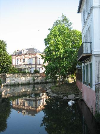 Hôtel le Beffroi : Beautiful little canal going through Dreux