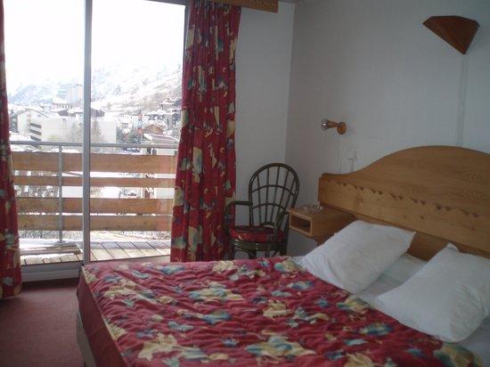 Hotel Adret : Onze kamer met prachtig zicht op de besneeuwde bergen!