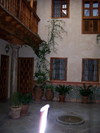 Santa Isabel la Real: hotel courtyard