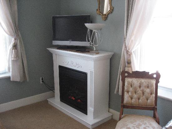 Cavana Inn and Spa: Fireplace and tv