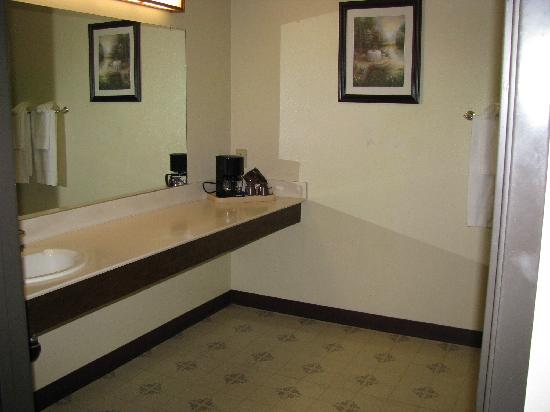 Oakridge Inn: spacious bathroom