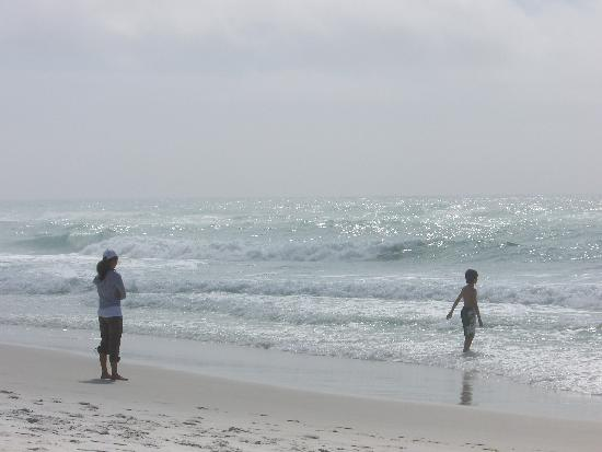 Residence Inn Sandestin at Grand Boulevard : Foggy Morning On the Beach - Mother and Child
