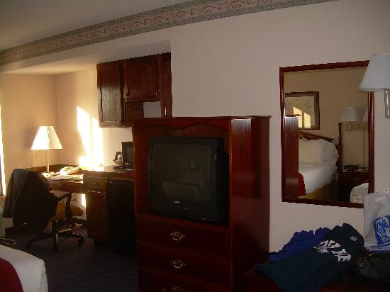Holiday Inn Express Durham: Desk, micro, fridge and tv