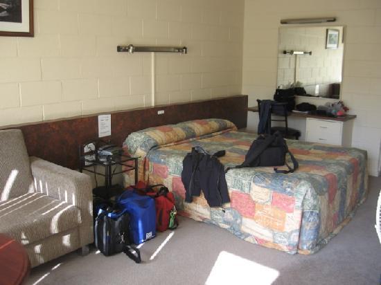 Motel 429: standard room at back of motel
