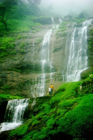Matheran, อินเดีย: Misty monsoon waterfalls