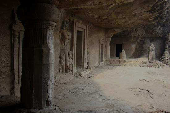 Elephanta Caves: Main cave courtyard