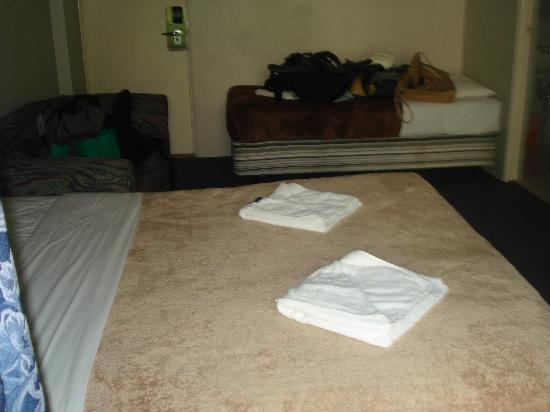 Roslyn Gardens Service Apartments/Motor Inn: Beds (bathroom in in back right corner)