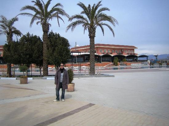 Bogazkent, Turkey: Poolbereich mit Bar und Liegestühlen
