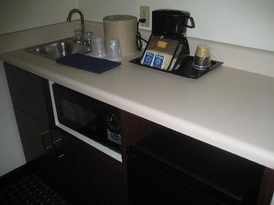 SpringHill Suites Phoenix Downtown: Sink, microwave, and fridge in room