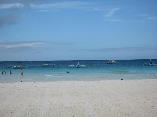 Discovery Shores Boracay: Very clean beach.