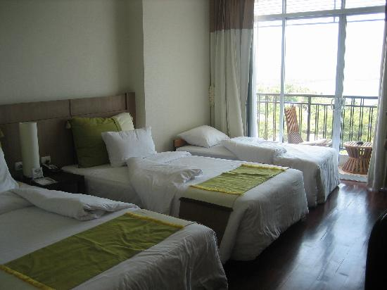 Pattaya Discovery Beach Hotel: our triple room