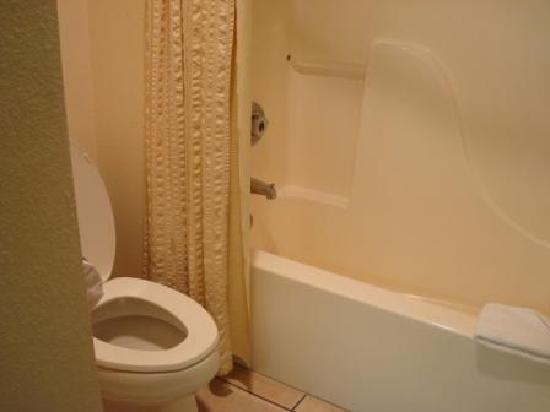Hawthorn Suites by Wyndham Albuquerque: Hawthorn Inn Albuquerque Airport - bad bathroom
