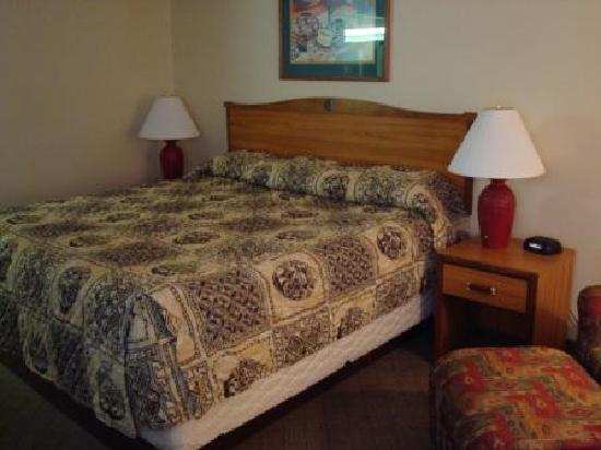 Hawthorn Suites by Wyndham Albuquerque : Hawthorn Inn Albuquerque Airport - short sheeted bed, ill fitting bedspread