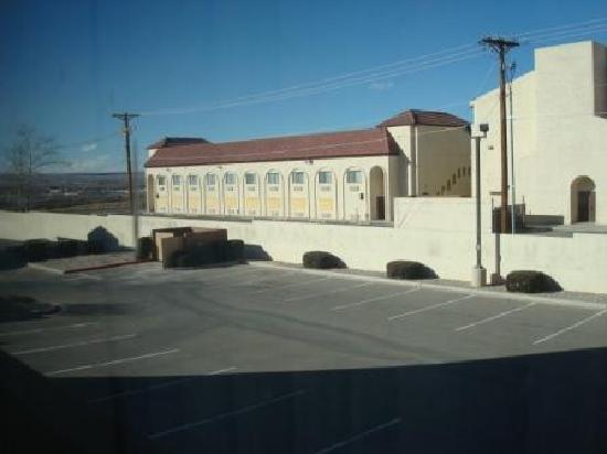 Hawthorn Suites by Wyndham Albuquerque: Hawthorn Inn Albuquerque Airport - boarded up hotel next door.