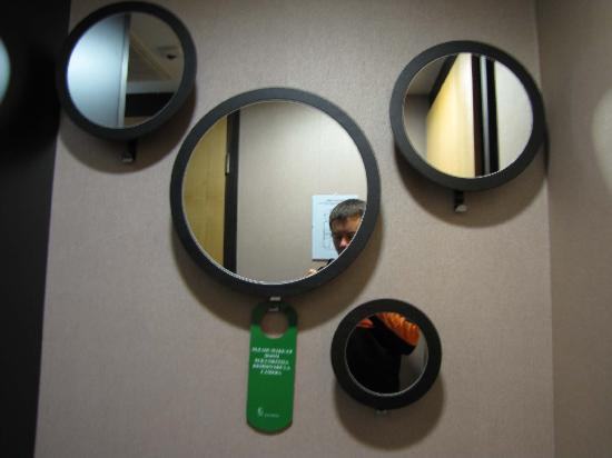 Belvedere Hotel: Mirrors in the room