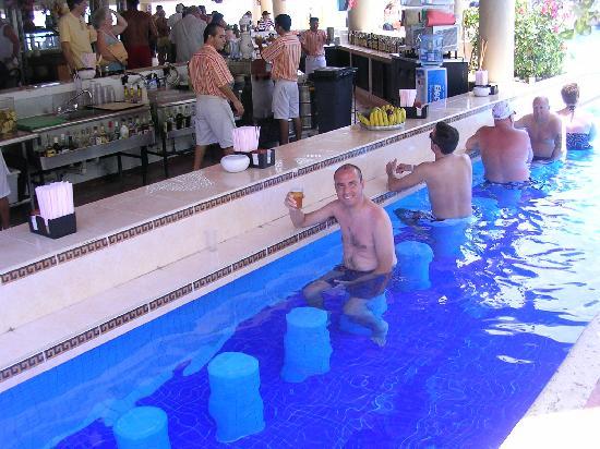 bar en la piscina   picture of hotel riu caribe cancun