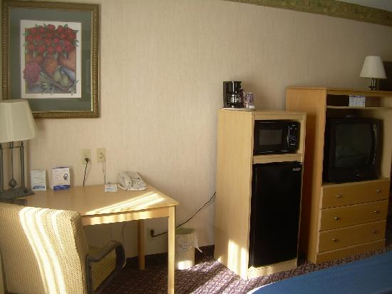Holiday Inn Express Hotel & Suites Christiansburg : Desk, micro, fridge & tv