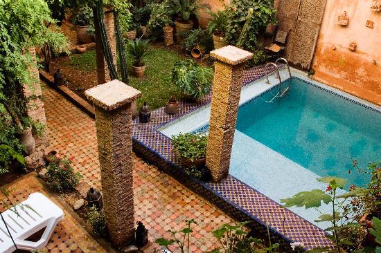 Riad Meknes: la piscina desde el salon de té