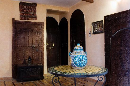 Riad Meknes: un hall de las habitaciones