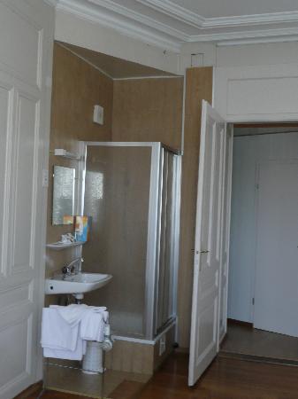 Des Tourelles : Shower, Sink, Mirror