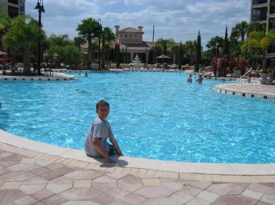 WorldQuest Orlando Resort: Enjoying the pool