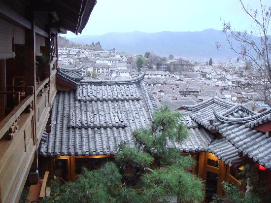 Zen Garden Hotel (Lion Mountain Yard): View of the Old Town fr the other side of the corridor