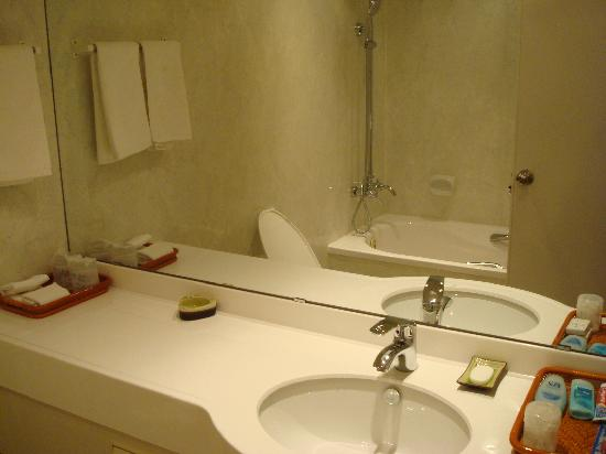 Zen Garden Hotel (Lion Mountain Yard): The clean & modern toilet