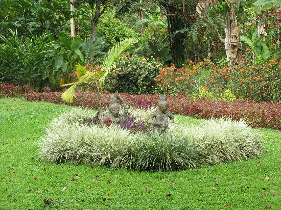 Casa Viva Beach Houses: Garden statuettes