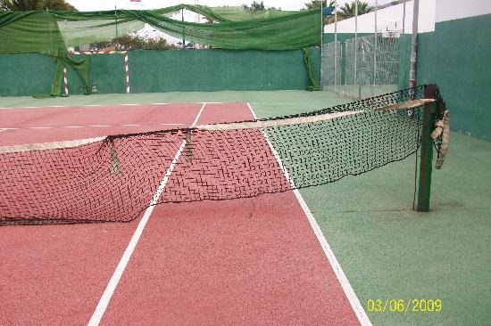 Aparthotel Caledonia Park: Hotel offer you tenis game here you go......
