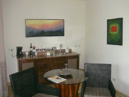 Arenas del Mar Beachfront & Rainforest Resort: Bar Area