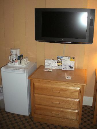 Days Inn Vancouver Downtown: New Flat Screen and Fridge in Room